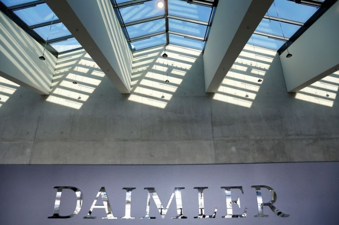 © Reuters. FILE PHOTO: The Daimler logo is seen before the Daimler annual shareholder meeting in Berlin,