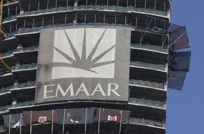 © Reuters. Logo of Dubai's Emaar Properties, builder of the world's tallest tower, is seen at an under-construction building, in Dubai