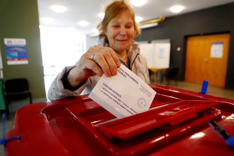 © Reuters. A woman casts her vote during European Parliament election in Riga