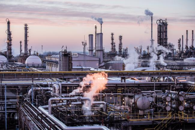 © Bloomberg. Vapour rises from oil processing and refining structures in the Duna oil refinery, operated by MOL Hungarian Oil & Gas Plc, in Szazhalombatta, Hungary, on Monday, Feb. 13, 2019. Oil traded near a three-month high as output curbs by OPEC tightened global supply while trade talks between the U.S. and China lifted financial markets. Photographer: Akos Stiller/Bloomberg