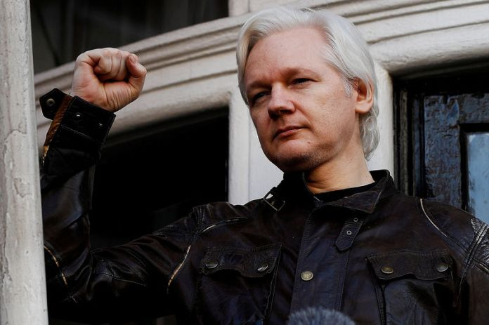 © Reuters. FILE PHOTO: WikiLeaks founder Julian Assange is seen on the balcony of the Ecuadorian Embassy in London