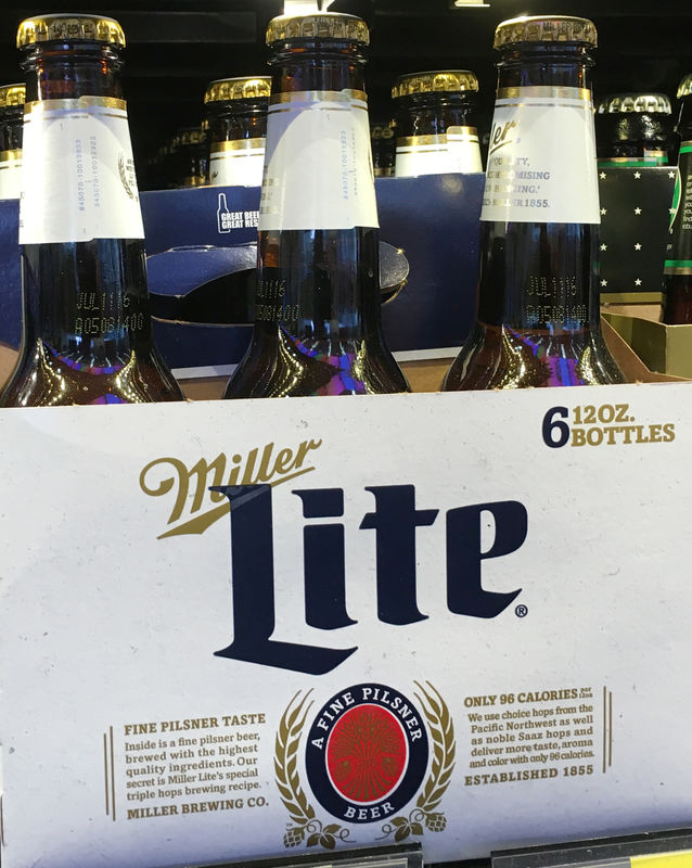 © Reuters. FILE PHOTO: Miller Lite beer bottles are seen for sale at a store in Manhattan, New York