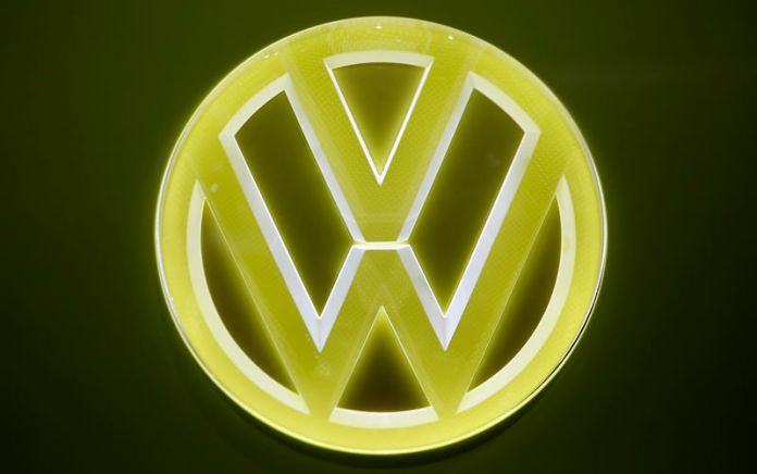 © Reuters. FILE PHOTO: View of an emblem on a Volkswagen I.D. Buzz electric concept vehicle during the North American International Auto Show in Detroit