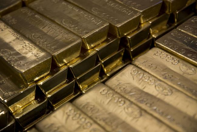 © Bloomberg. Gold bars, worth hundreds of thousands of dollars each, sit in a vault at the United States Mint at West Point in West Point, New York, U.S., on Wednesday, June 5, 2013.  Photographer: Scott Eells/Bloomberg
