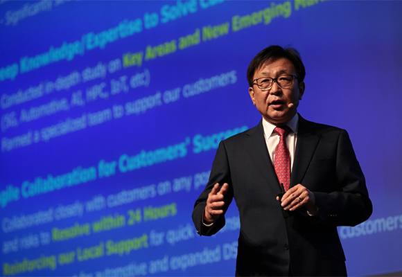 Jung Eun-seung, president of Samsung Electronics Co.`s foundry division, delivers a keynote speech at the 2019 Samsung Foundry Forum in Seoul on Wednesday. [Photo by Samsung Electronics Co.]