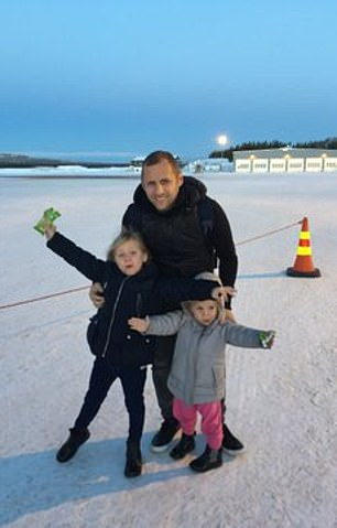 Burrow poses for a picture in the snow with his daughters