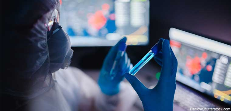 lab tech working on tracking epidemic (Parilov/Shutterstock.com)