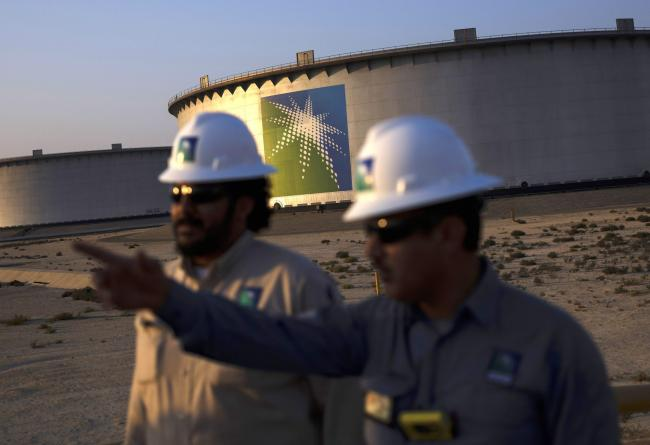 © Bloomberg. Crude oil storage tanks stand in the Juaymah tank farm at Saudi Aramco's Ras Tanura oil refinery and terminal at Ras Tanura, Saudi Arabia, on Monday, Oct. 1, 2018. Speculation is rising over whether Saudi Arabia will break with decades-old policy by using oil as a political weapon, as it vowed tohit backagainst any punitive measures after the disappearance of government criticJamal Khashoggi. Photographer: Simon Dawson/Bloomberg
