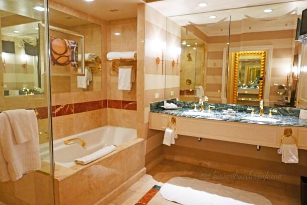 Luxury hotel review the venetian las vegas all suite resort for Bella bathrooms