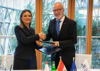 Egypt's Investment Minister Sahar Nasr (L) and President of the EIB Werner Hoyer (R) after the signing of the Kitchener Drain deal (Photo: eib.org)