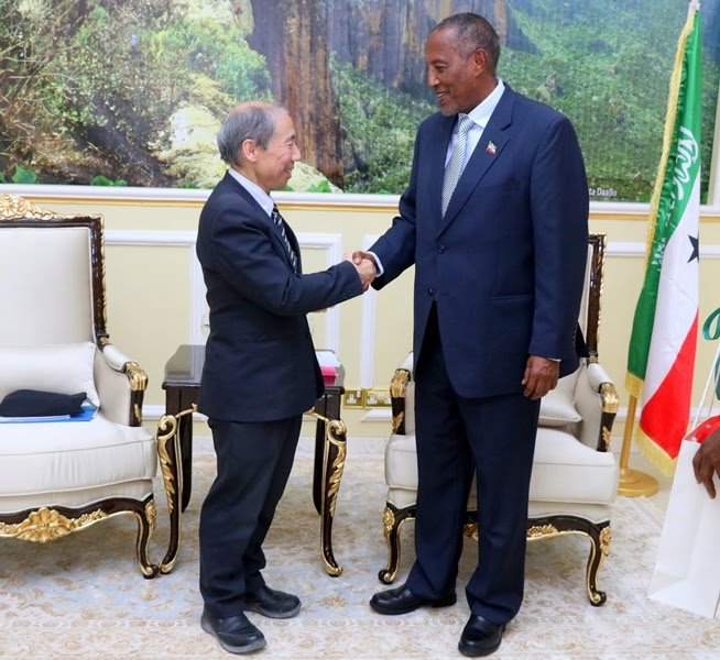 Somaliland president Muse Bihi (Right) shakes hands with Ambassador Donald Yamamoto Thursday in Hargeisa