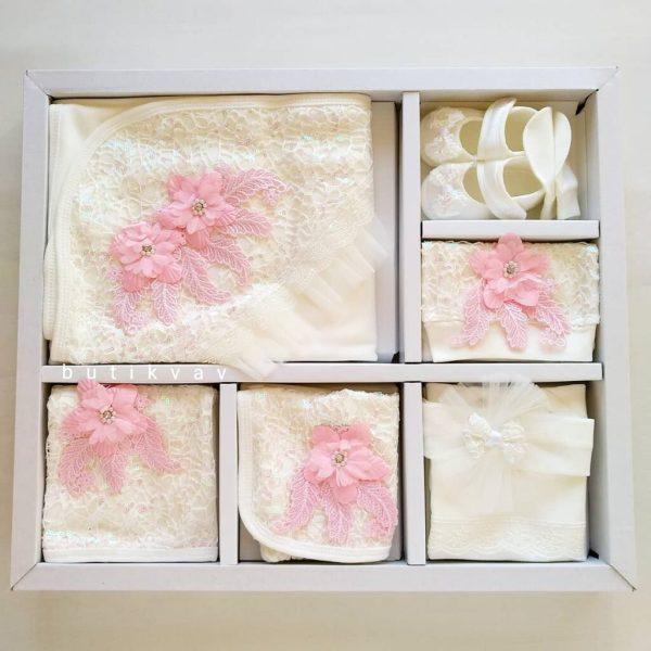 dantelli tasli suslu kiz bebek hastane cikisi tulum seti 02 scaled - Dantel & Çiçek Süslemeli 10'lu Hastane Çıkış Seti