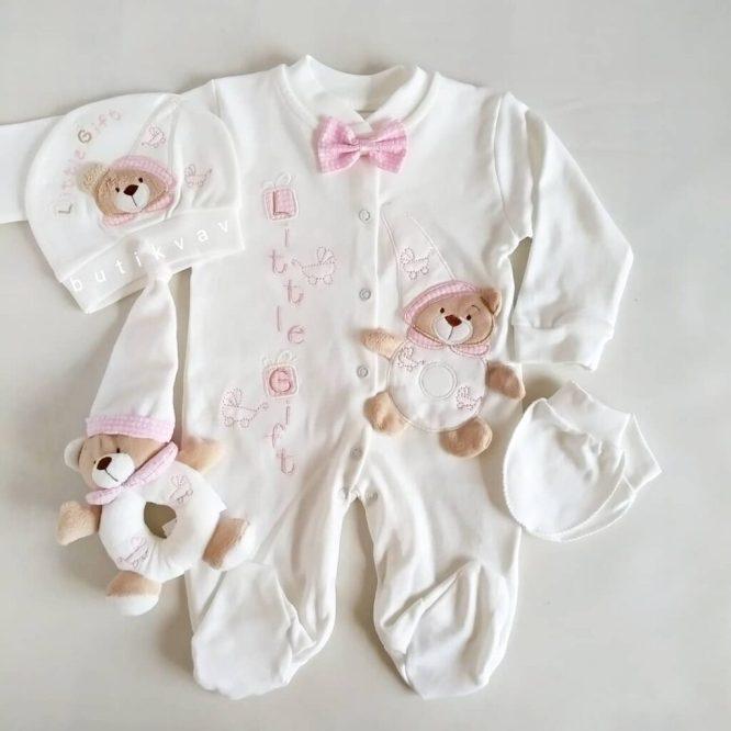 tas suslemeli erkek bebek hastane cikisi 0 1 ay 02 scaled - Ayıcık Motifli Oyuncaklı Tulum Seti Pembe