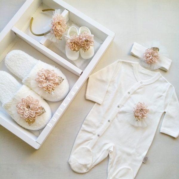 Kız Bebek 5li Lohusa Terlik Taç Seti 01 scaled - Kız Bebek Çiçek Süslemeli 5'li Lohusa Terlik Taç Seti