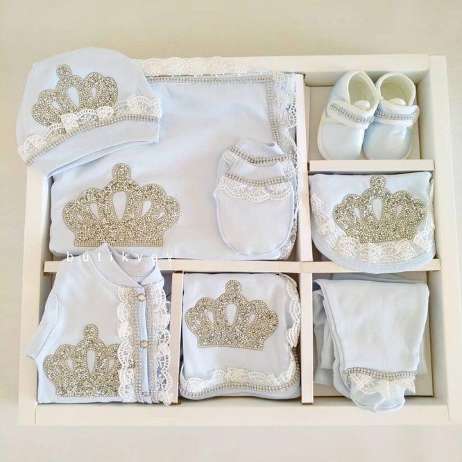 erkek bebek 10 lu hastane cikisi seti 100 pamuk 01 scaled - Erkek Bebek Kral Tacı Taş Süslemeli 10'lu Hastane Çıkışı