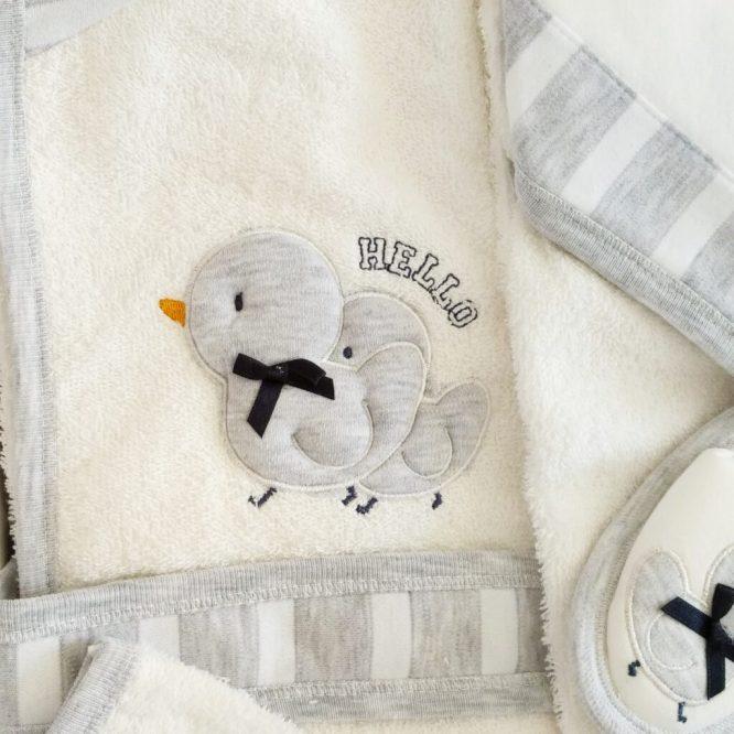erkek bebek vinc kamyon islemeli bornoz seti 02 scaled - Gaye Bebe Civcivli Bornoz Seti Gri