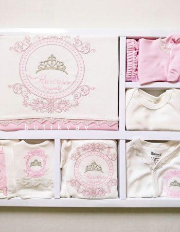miniworld kiz bebek prenses tac nakisli 10 lu hastane cikisi pembe 02 scaled - Miniworld Kız Bebek Prenses Taç Nakışlı 10'lu Hastane Çıkışı - Pembe