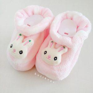 yenidogan kiz bebek pelus panduf 01 scaled - Yenidoğan Kız Bebek Tavşanlı Peluş Panduf