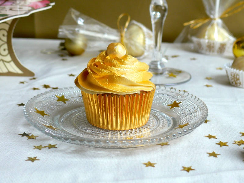 Happy New Year ! or my Golden White Chocolate Champagne Cupcakes / Bonne Année ! ou mes  Cupcakes Dorés au Chocolat Blanc et au Champagne.