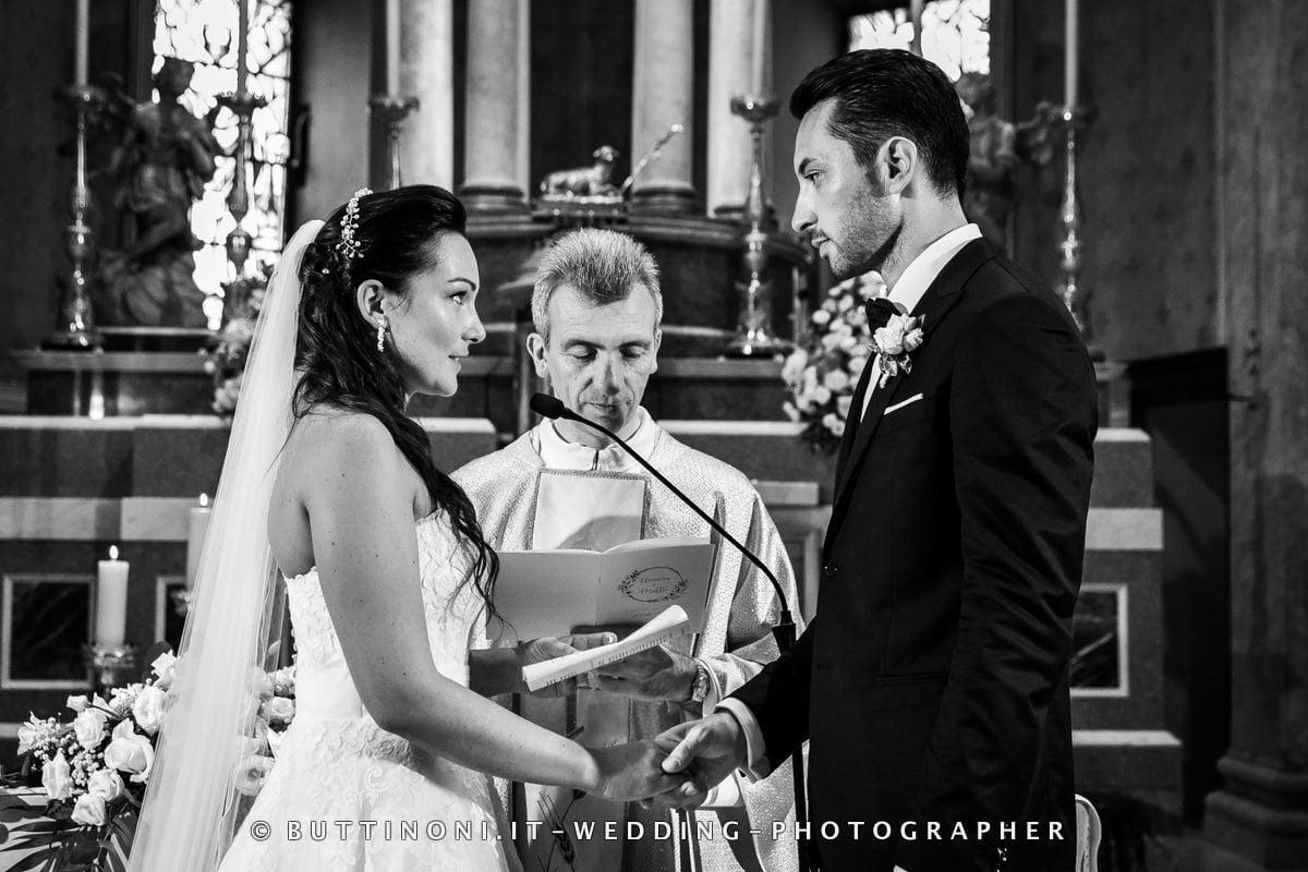 Sposi Matrimonio Parrocchia Chiesa di Vignate Milano Monza Brianza Reportage senza pose © Carlo Buttinoni Fotografo
