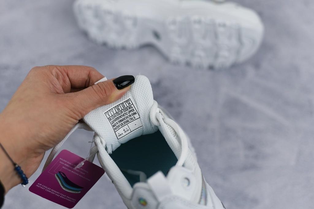 metka na języku oryginalnych butów skechers
