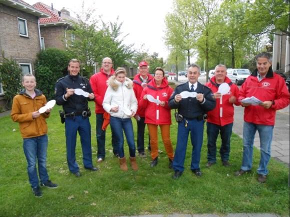 politieagenten, buurtpreventen en stagiaires delen witte voetjes uit in Maasland