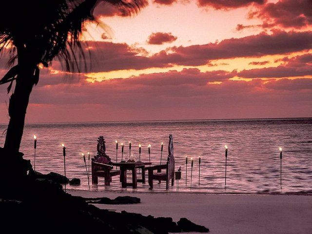 if-youre-planning-a-romantic-evening-forget-the-dock-and-feast-on-the-beach-at-sunset