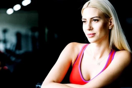 portrait-blonde-woman-with-makeup-during-workout