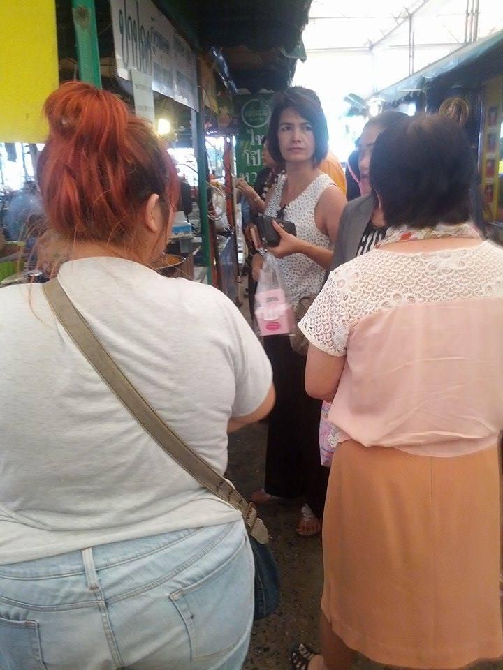 คนต่อแถวรอซื้อ กุ้ง ปูทอด