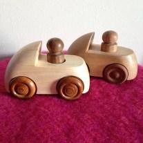 Små træbiler som kan bruges som dåbsgave. Kr. 350,00 pr. stk.