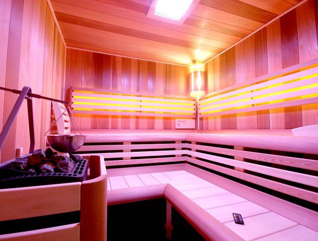 Sauna Grand je vyrobena v ČR z kvalitních materiálů a výrobce Saunasystem ke všem saunám zajišťuje zaměření, dopravu, montáž i následnou údržbu