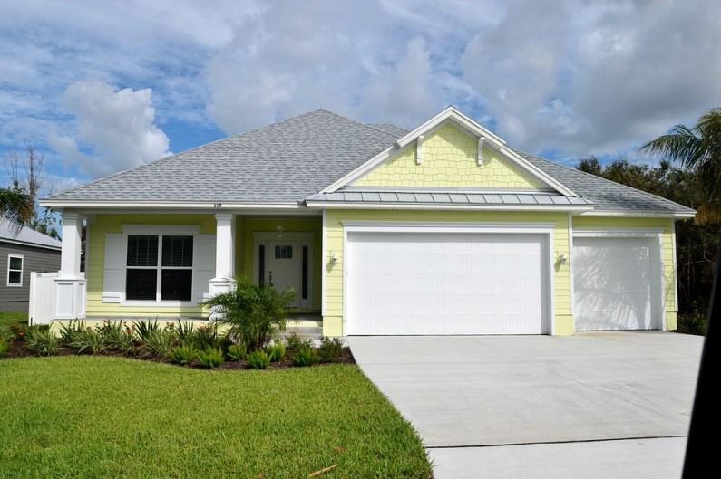 Střecha nad vchodem do domu ochrání dveře i vás