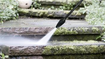 Chcete se zbavit lišejníků, mechů a zeleného zbarvení na cestičkách v zahradě?