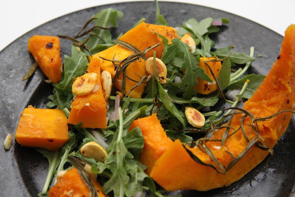 Bagt hokkaido med rucolasalat og rosmarin opskrift