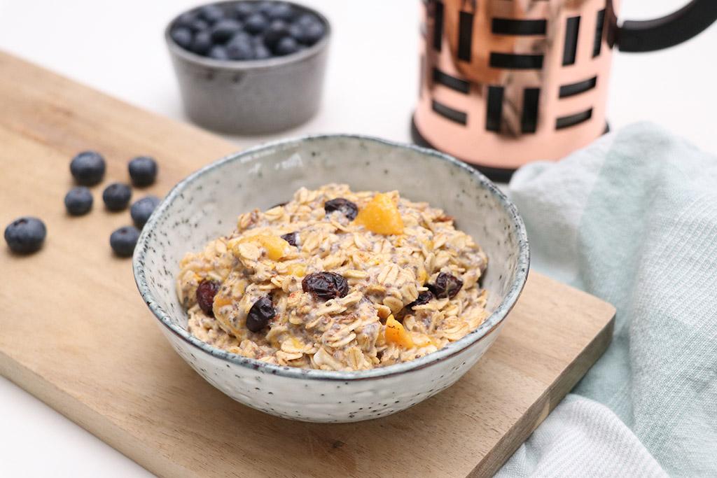 Havregrød med frugt, bær og chiafrø - nem opskrift på morgengrød