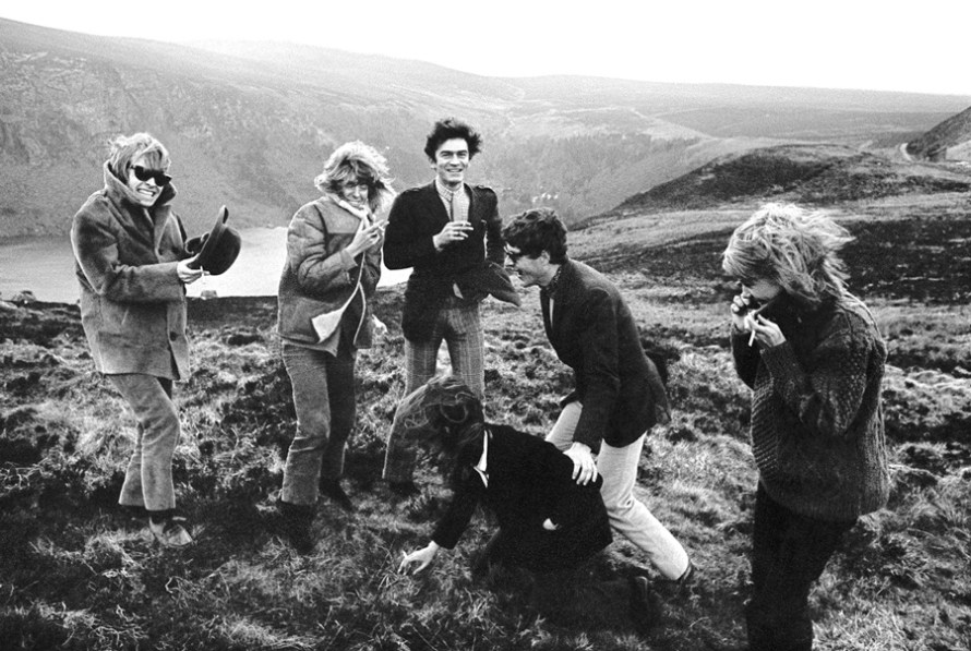 Brian Jones, Anita Pallenberg, John Paul Getty, Thalita Pol, Nicky Browne & amigos en las montañas de Wicklow, otoño 1966.