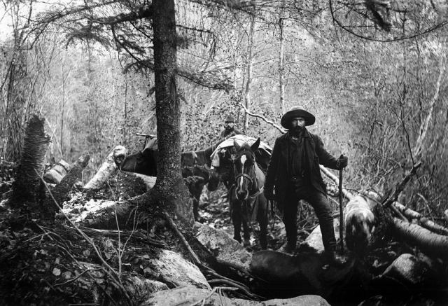 Minor on the way to White Pass between Alaska and Canada to the gold fields of the Klondyke, 1897.