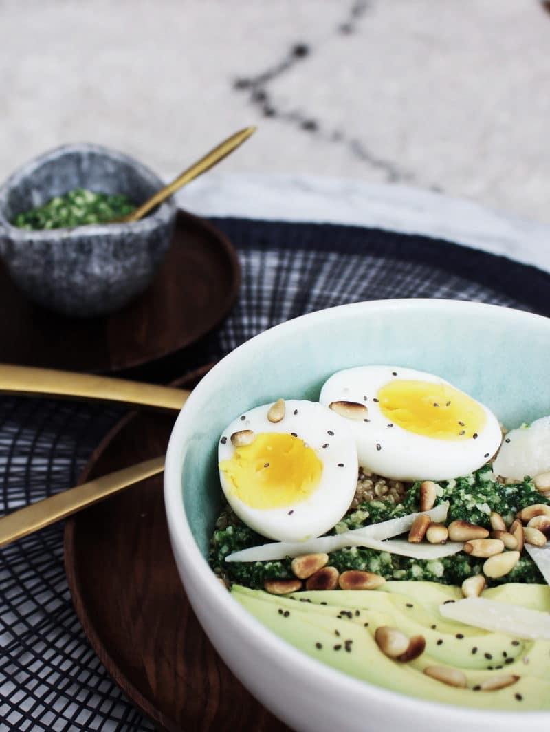 quinoa bowl pesto avocat végétarien
