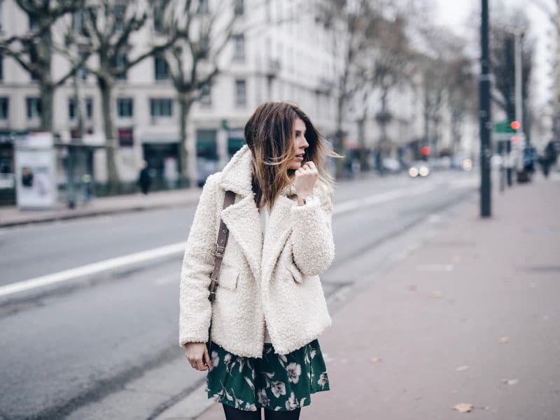 Look robe fleurie pull veste fourrure manteau