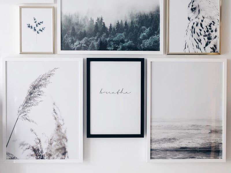 Mon atelier création bijoux affiches Desenio, miroir oeil et cactus détail