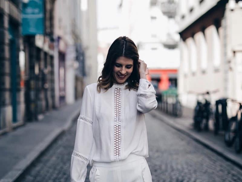 Look pantalon blanc à volants, blouse Navy Paris, sac rond Bali et baskets à paillettes haut
