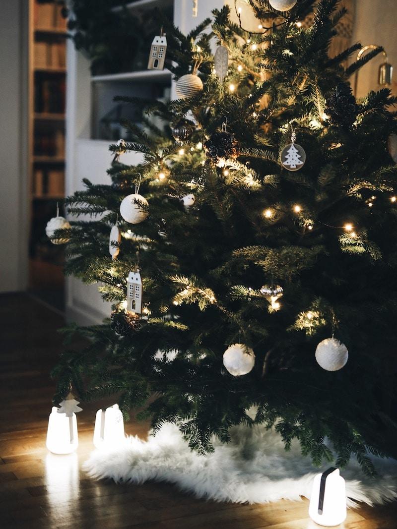 Décoration Noël blanc sapin, look femme hiver cocooning, bandeau laine Ylle, blog mode lifestyle By Opaline Lyon