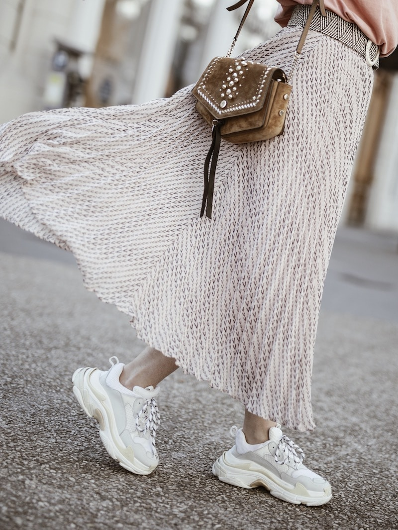 Look femme 2019 bohème casual sac Jimmy Choo Arrow jupe Ba&sh plissée blog mode France Lyon By Opaline
