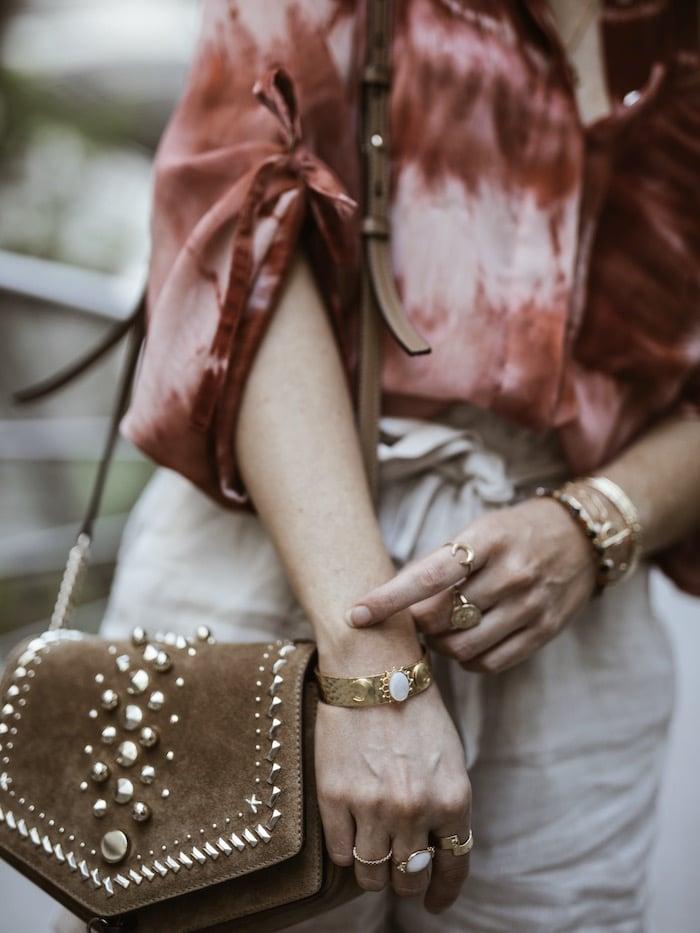 Look femme printemps été 2019 accumulation bijoux plaqué or sac Jimmy Chooblog mode Lyon France By Opaline