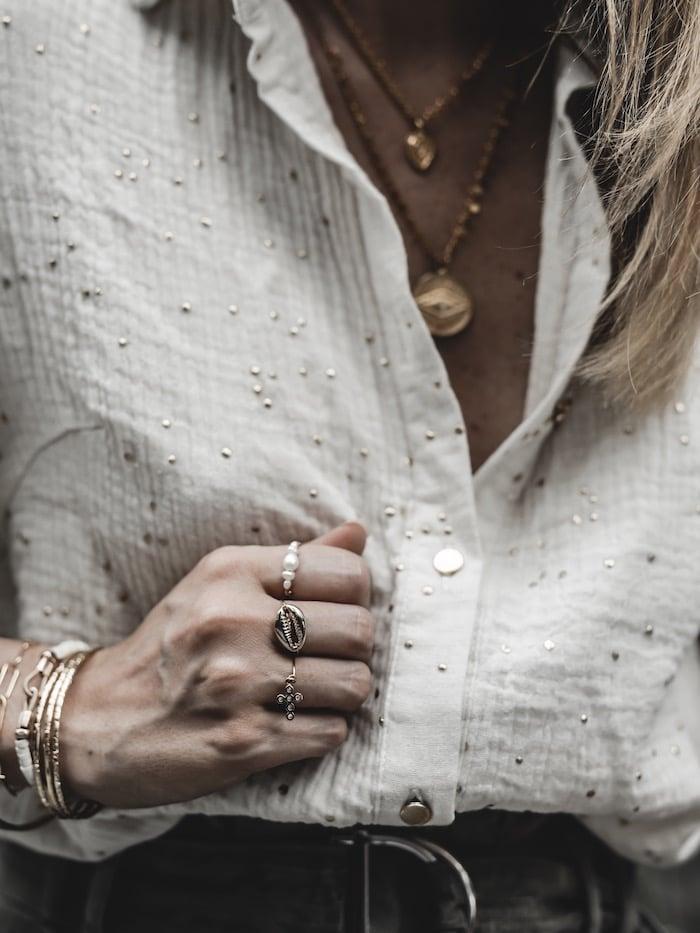 Look femme inspiration été 2019 accumulation bagues bijoux créatrice Sansfin plaqué or 24k blog mode Lyon Paris France By Opaline