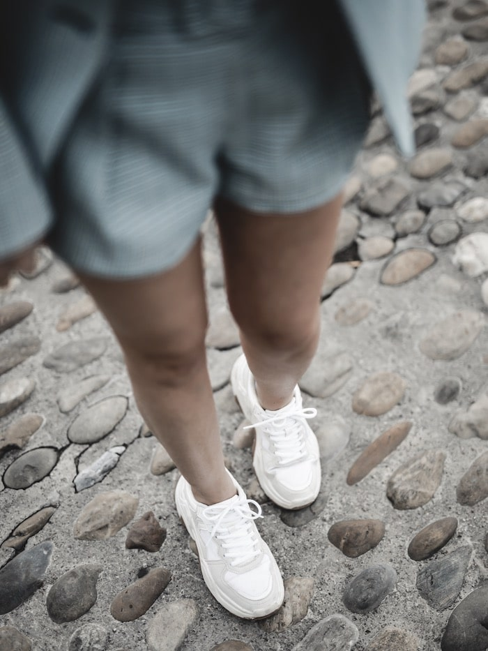 Look inspiration femme blazer short Maje ugly sneakers blog mode Lyon France By Opaline