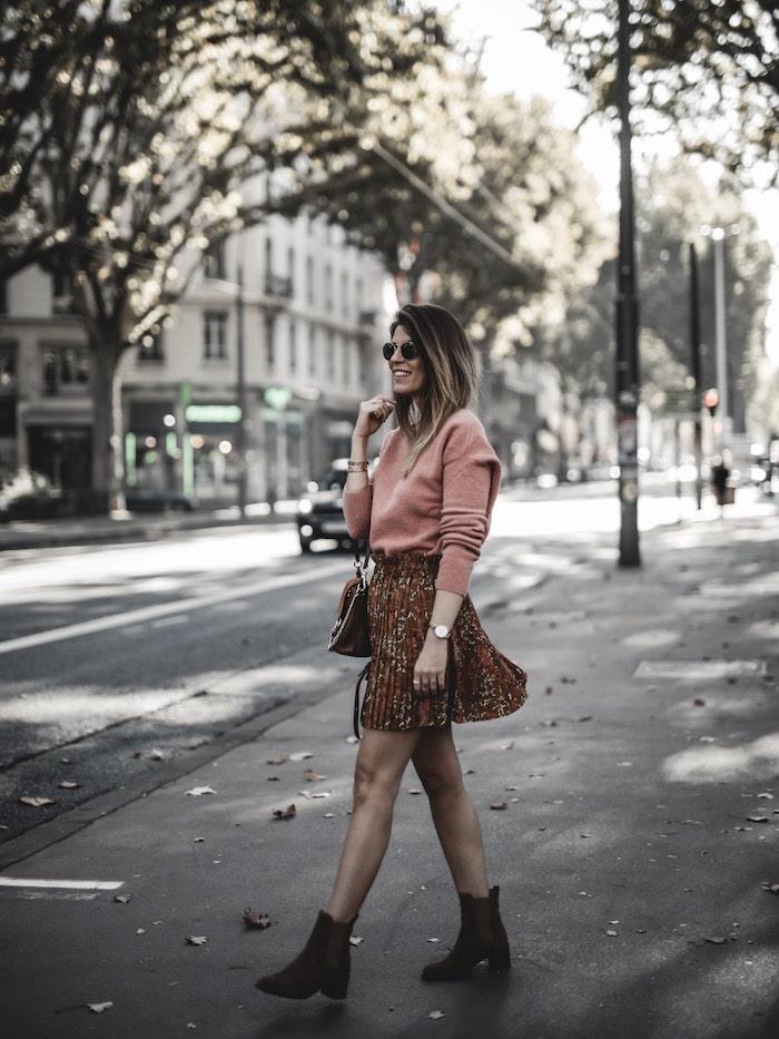 Inspiration look femme 2019 jupe plissée fleurie sac à dos Chloé faye backpack blog mode Lyon paris France By Opaline