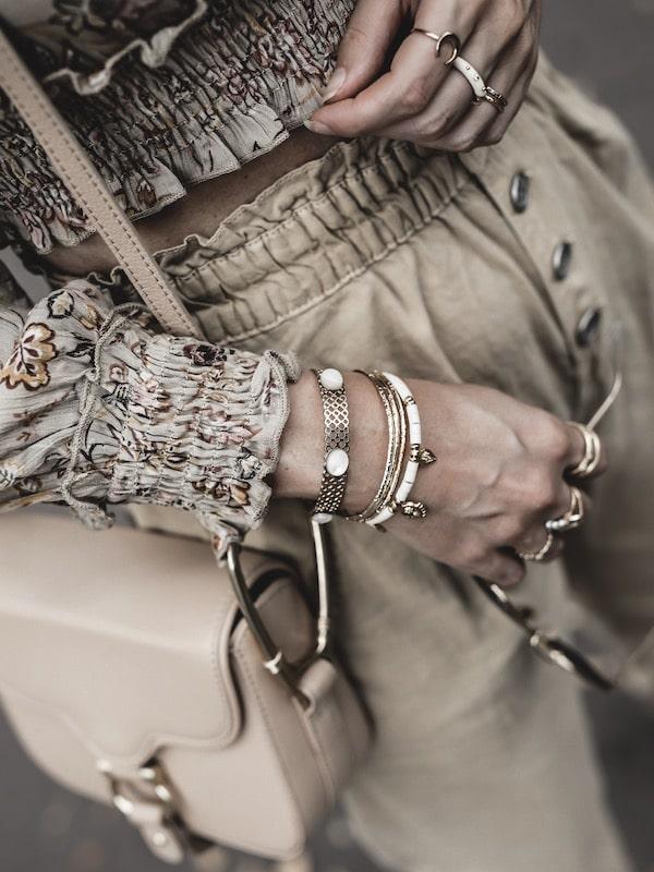 Look femme inspiration accumulation bijoux bracelets bagues tenue bohème blog mode Lyon France By Opaline