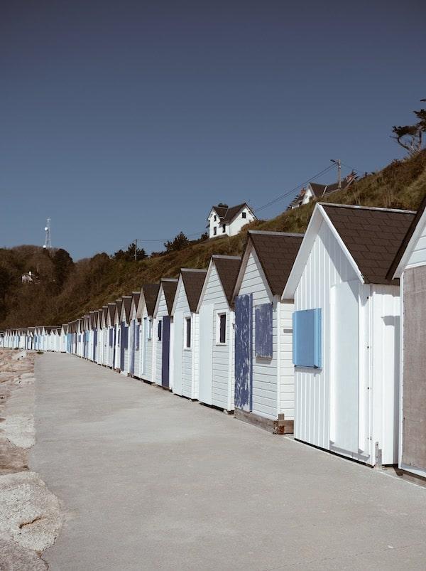 Voyage Normandie cabanes cabanons plage bleu et blanc Carteret blog Lyon France By Opaline