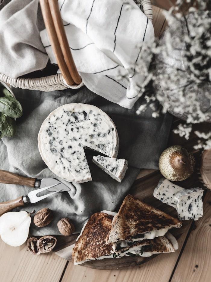 AOP Fourme d'Ambert recette végétarienne grilled cheese poire noix pousses d'épinard